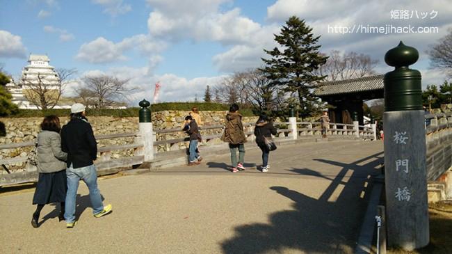 姫路城の堀の桜門橋
