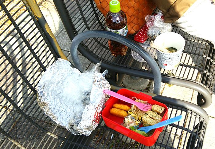 公園のベンチでお弁当