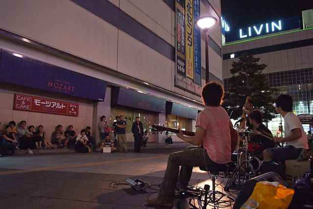 姫路駅前、路上ライブ